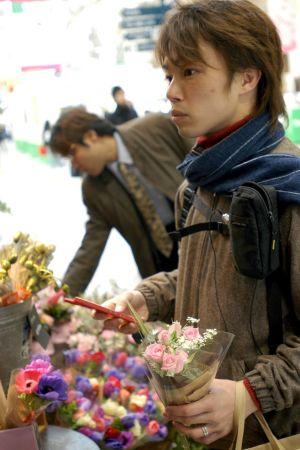 Japanska män köper blommor.