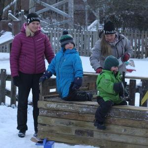 Föräldrar och barn på talko vid Malmögårdens daghem en vinterdag i Vasa.
