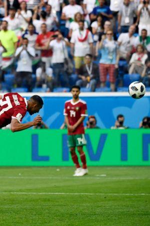Aziz Bouhaddouz nickar in bollen i eget mål