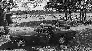 Lasse Mårtenson autossaan Lauttasaaren uimarannalla vuonna 1965.