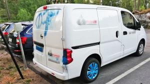 Spraymålad paketbil