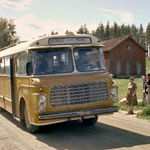 Keltainen postibussi kuljettaa ihmiset ja postin