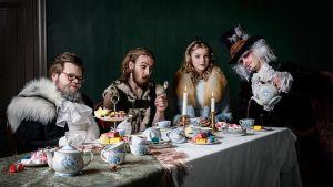 Tebjudning med den Vita Kaninen (Nicklas Mattsson), Påskharen (Jussi Haavisto), Alice (Anna Brunell) och Hattmakaren (Jan Granlund).