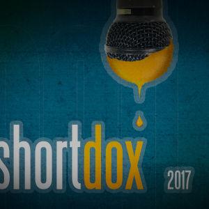 Mikrofonista valuu keltaista maalia.