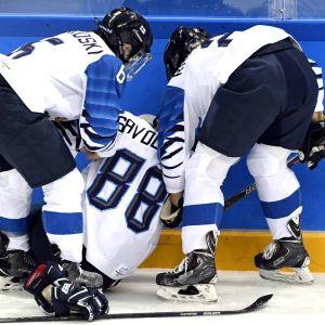 Ronja Savolainen från Finlands ishockeylandslag tacklades mot sargen och skadade sig.