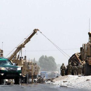 Militärkonvojer parkerade vid en väg i Afghanistan.
