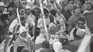 Hiihdon MM-kilpailut 1989 Lahdessa. Miesten 15 km:n hiihto perinteisellä tyylillä, voittaja Harri Kirvesniemi maalissa väkijoukon keskellä.