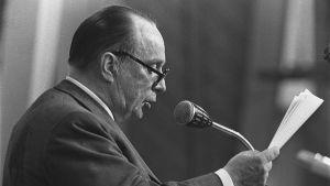 Veikko Vennamo håller tal på Landsbygspartiets partidag 1972.