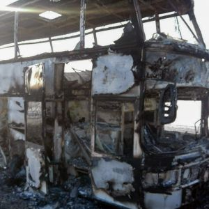 En buss som totalförstörts i en brand i Kazakstan i januari 2018