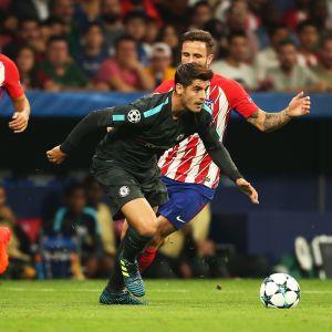 Alvaro Morata tar sig förbi flera Atletico-spelare.