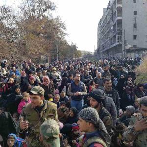 Människor lämnar rebellkontrollerade områden i östra Aleppo.