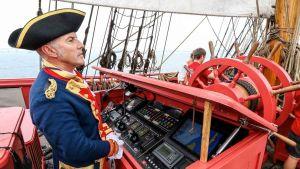 Vanhan 1779 aluksen mallin mukaan rakennetun (1997 - 2014) replica L'Hermione'in kapteeni Yann Cariou Amerikan matkalla 2015.