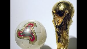 """Jalkapallon MM-kisat 2002. Kisojen virallinen jalkapallo Adidas """"Fevernova"""" ja palkintopokaali."""