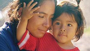 äiti ja lapsi meksikon maaseudulla.