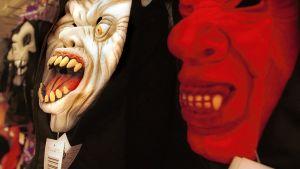 Skrämmande masker i en butik