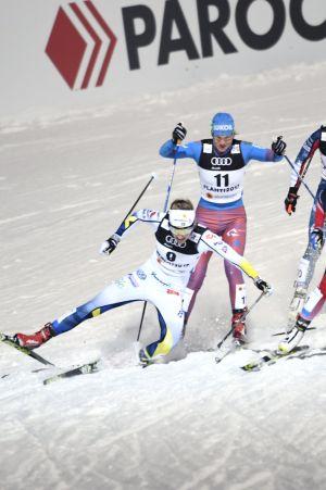Stina Nilsson och Natalia Matvejeva krockar, VM-sprintsemifinal, Lahtis 2017.