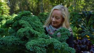 Alexandra De Paoli bland grönkål