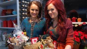 Anne och Ella med gåvopaket