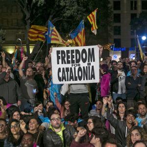 Människor firade valresultatet i centrum av Barcelona natten mot måndagen.