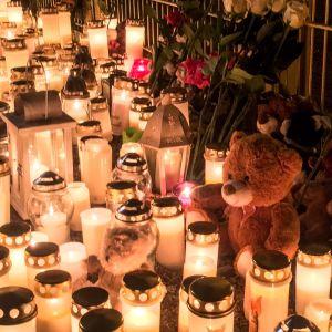 Gravljus, ljuslyktor och kramdjur lyser upp mörkret utanför Lyceiparkens lekpark.