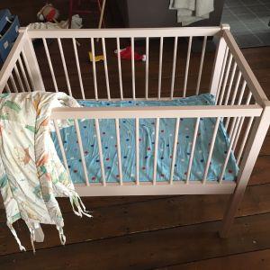 En spjälsäng för babyn