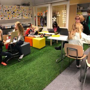 Elever jobbar i labbet.