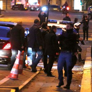 Hariri (i telefon) tillsammans med sin säkerhetspersonal i Paris tidigt på morgonen lördagen den 18 november 2017.