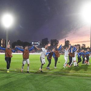 Finlands fotbollslandslag firar.