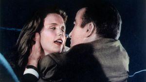 Montgomery Clift ja Lee Remick elokuvassa Joki tulvii (Wild River).
