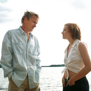 Lauri-isä (Antti Virmavirta) villiintyy Saija-teinitytön (Elena Leeve) hehkusta ja heittäytyy intohimon vietäväksi.