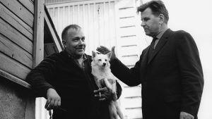 Kirjailija Lauri Viita Pispalassa v. 1965, silittää miehen sylissä olevaa koiraa.