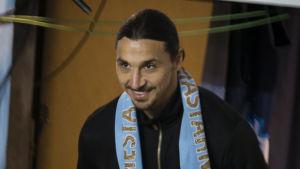 Zlatan Ibrahimovic bär fram pokal i Malmö.