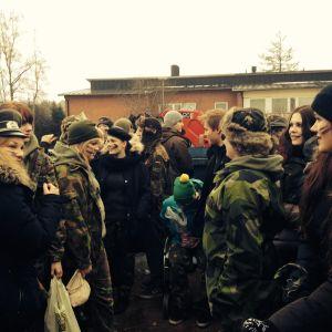 Många utklädda ungdomar samlade utanför en skolbyggnad.