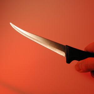 En hand håller en kökskniv
