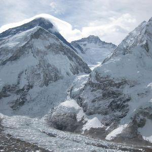 Baslägret i nedre vänstra hörnet. Till vänster Everest, rakt fram Lhotse, till höger Nuptse och i mitten Khumbu isfallet. Klättrarna är strandsatta just ovanför isfallet i läger 1 på 6100 m höjd. De evakueras för tillfället till baslägret.