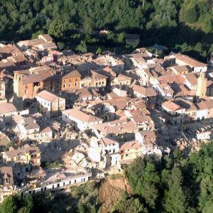 Flygbild från staden Amatrice där många hus har rasat.