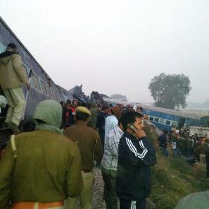 Intensivt räddningsarbete pågår vid tåget som har spårat ur nära staden Kanpur i Norra Indien den 20 november 2016.