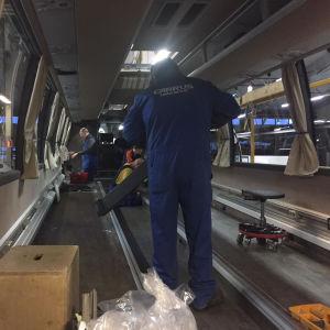 Bussar tillverkas och panel monteras fast på en buss vid Carrus Deltas bussfabrik i Lundo.