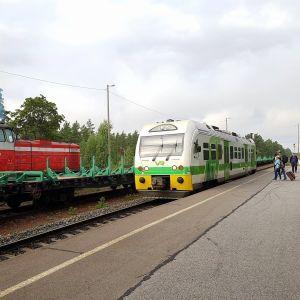 Olika tåg vid en järnvägsstation.
