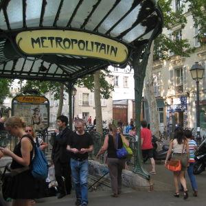 Abbessesin metroaseman sisäänkäynti Pariisissa ja ihmisvilinää.