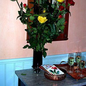 Röda och gula rosor. Spegel.