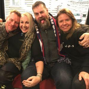 I Efter Nios soffa sitter Mårten Svartström, Satu Söderström, Stan Saanila och Sonja Kailassaari