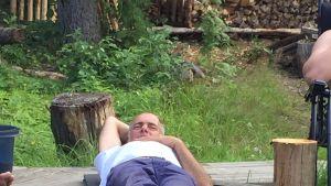 Kirjailija Petter Sairanen kuuntelee saaressaan.