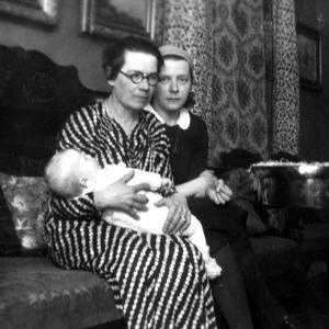 två kvinnor och en baby