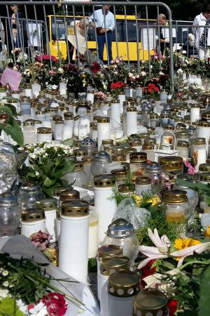 Blommor och ljus vid platsen för knivdådet i Åbo i augusti 2017.