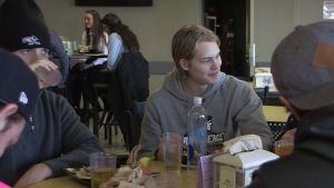 Kasper Björkqvist äter frukost på campuset i Providence i USA.