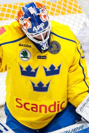 Svenska hockeymålvakten Viktor Fasth släpper in en puck.