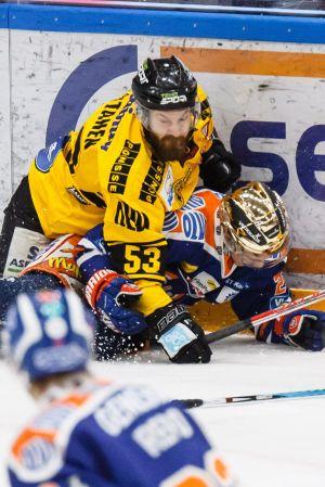 Sami Mutanen tacklar Kristian Kuusela