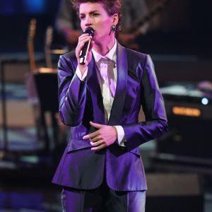 Maria Ylipää laulaa kappaleen Höstvisan Sinun tarinasi - Yle 90 -juhlalähetyksessä Musiikkitalolla 10.9.2016