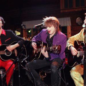 Muusikot Aki Sirkesalo, Michael Monroe (Mike Monroe, oik. Matti Fagerholm) ja Sami Saari esiintyvät Groovymeisseli-ohjelmassa 1997.
